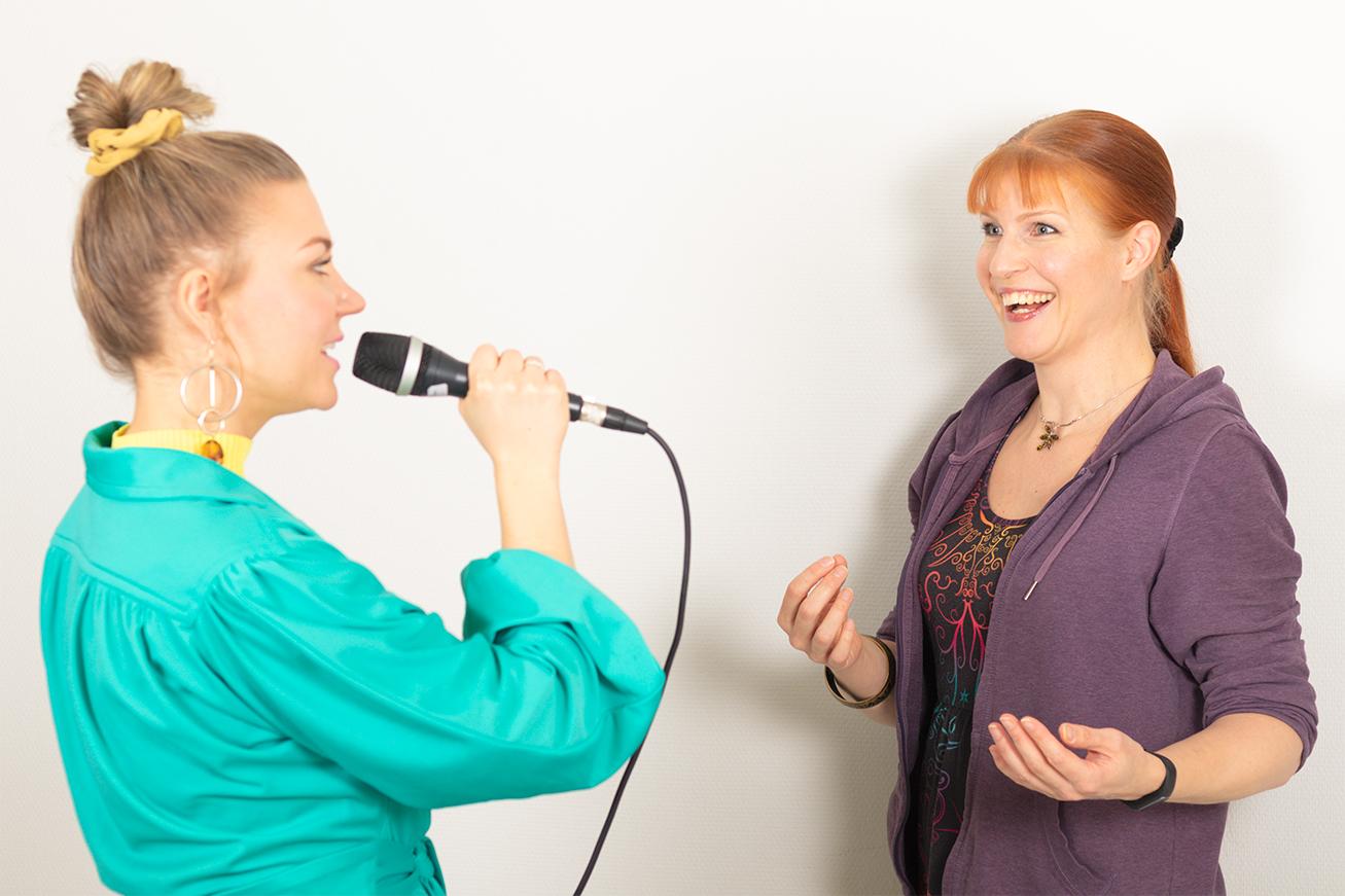 Opettaja ja oppilas laulutunnilla